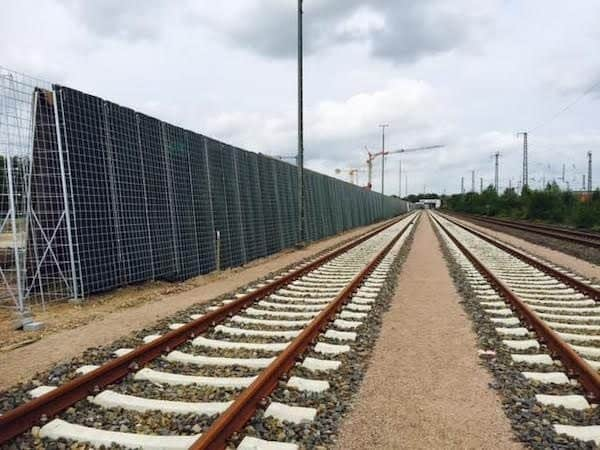 Errichtung einer Lärmschutzwand an einer Zugestrecke in Lüneburg