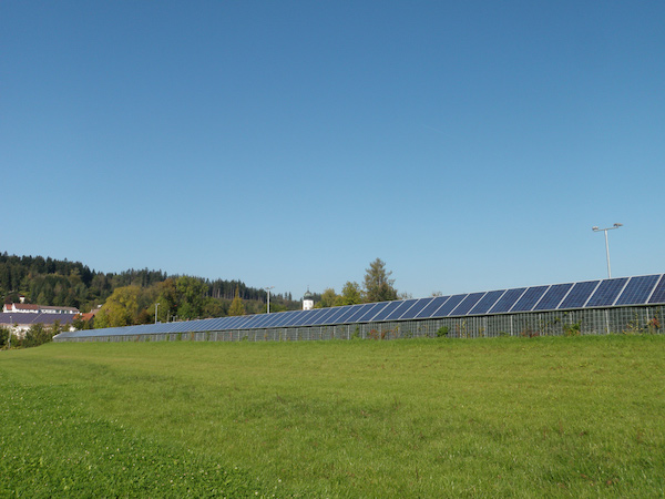 Photovoltaikanlage auf Lärmschutzwall