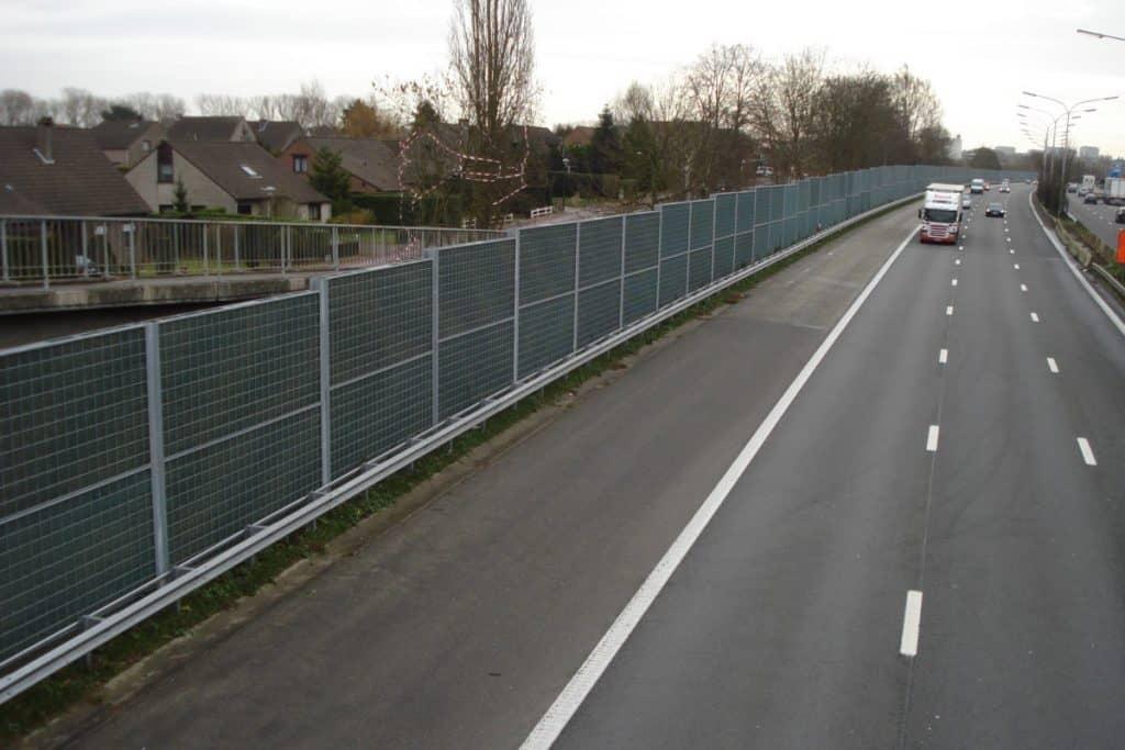 Lärmschutzwand an Wohngebiet gegen Autobahnlärm